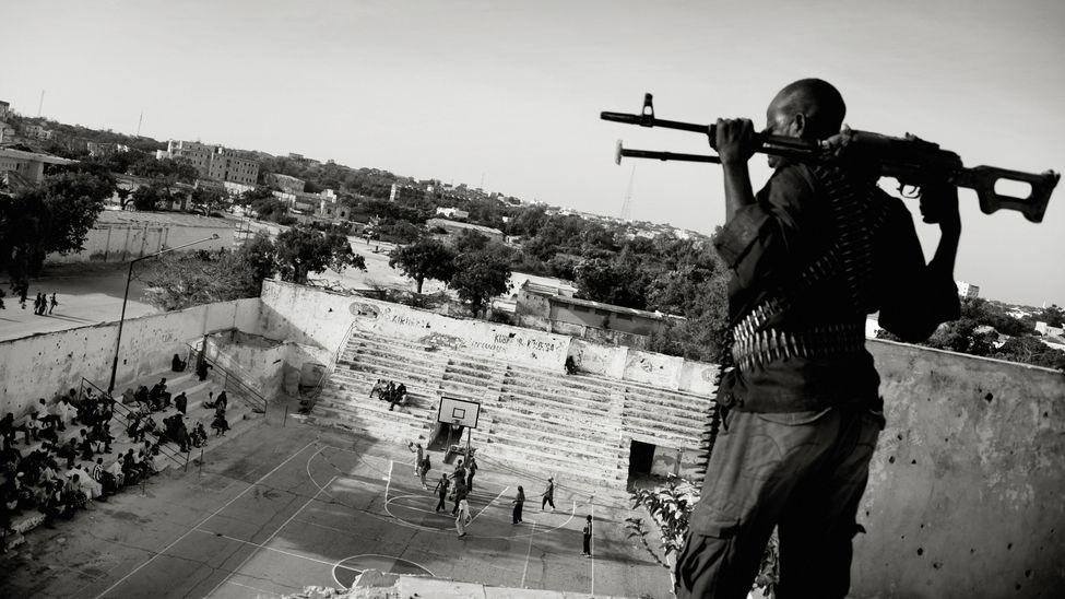 Foto: Jan Grarup. La asociación de baloncesto somalí paga guardias armados para vigilar y proteger a Suweys y su equipo cuando juegan.