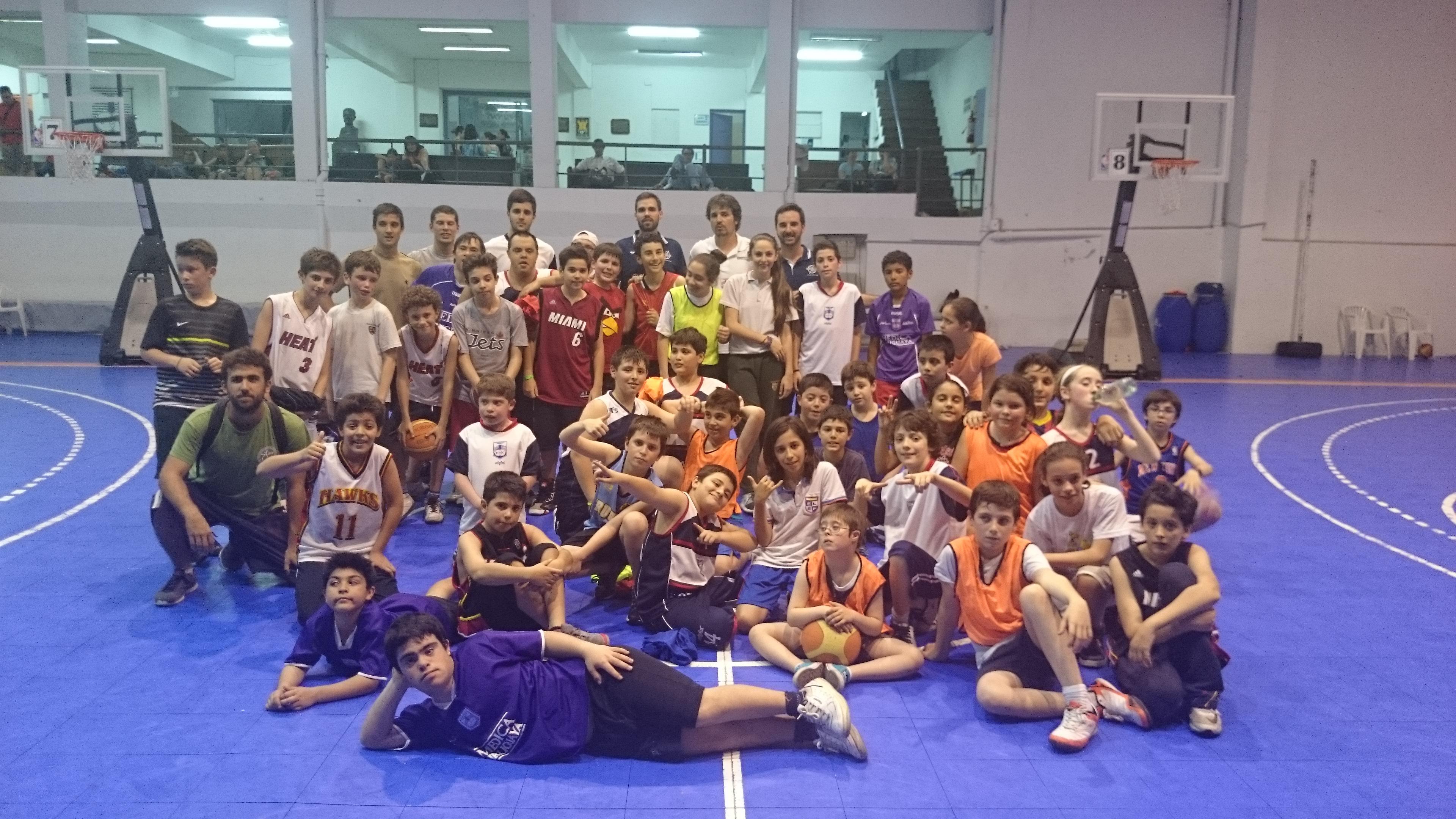 """El grupo de niños de Defensor Sporting con los chicos de """"Básquet para todos"""""""