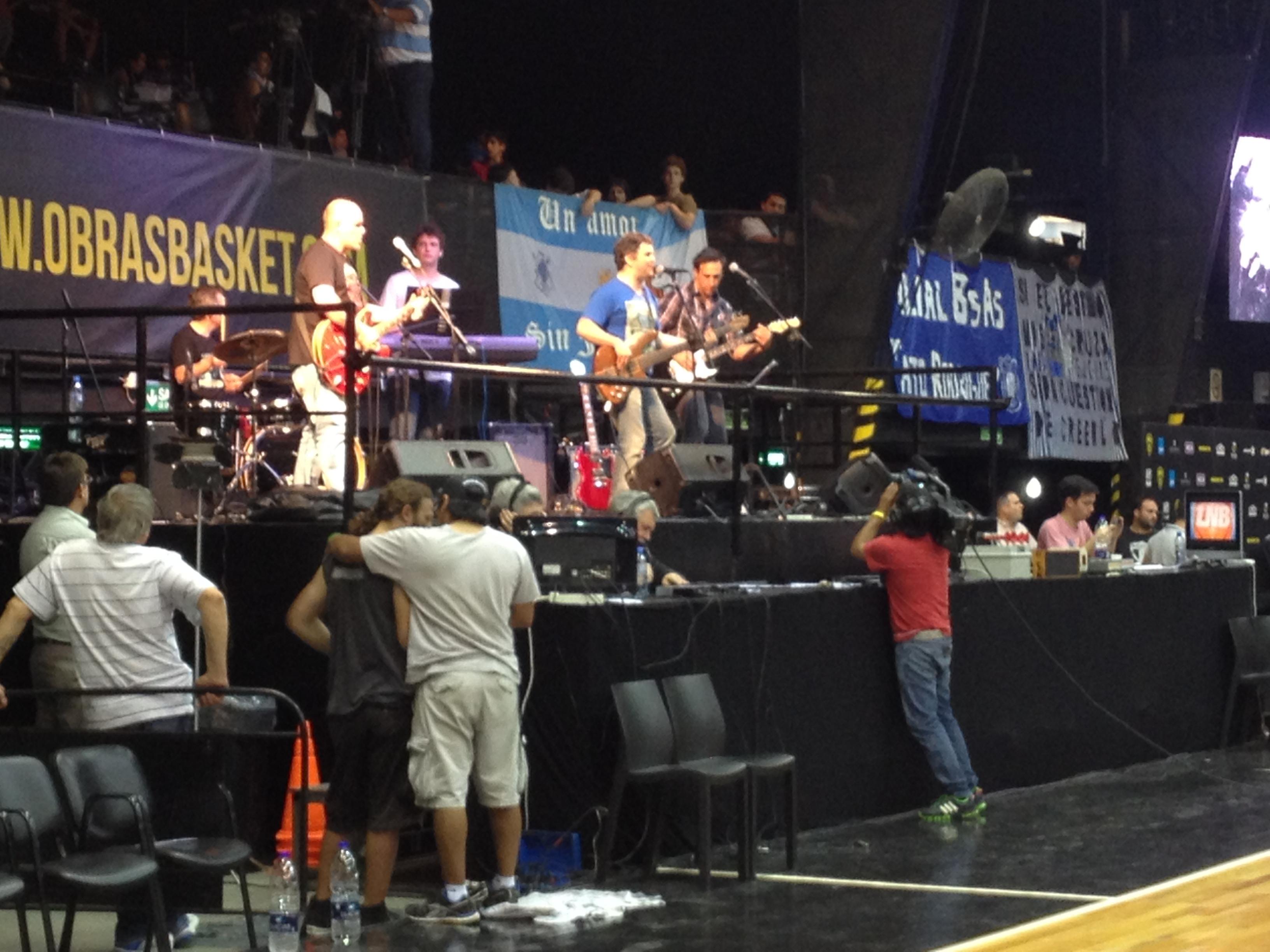 La banda Envuelto para regalo toca en el descanso del partido